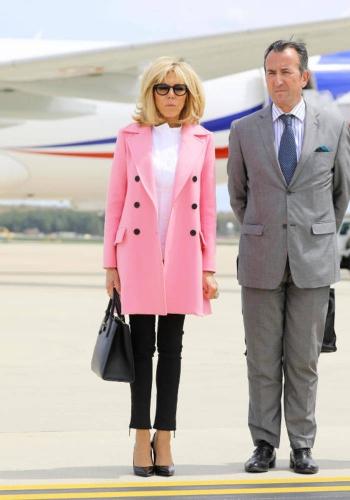 Brigitte-Macron-en-manteau-rose-et-blouse-blanche.jpg