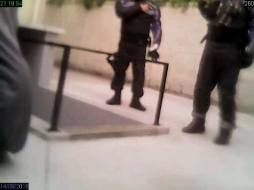 deux policiers dans la propriété.jpg